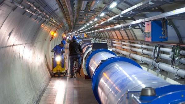 LHC(大型ハドロン衝突型加速器)に頭を突っ込んだらどうなる?